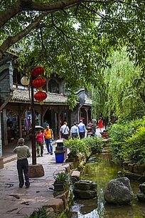 黄龙溪街道河边的游客