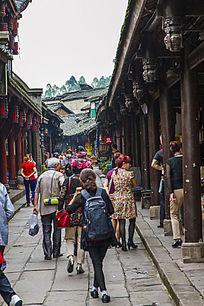 黄龙溪街道上的游客