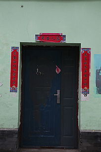 白墙贴对联防盗门背景