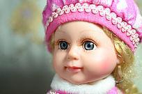 戴帽子的儿童玩具金发碧眼洋娃娃