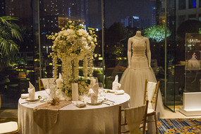 餐桌与鲜花