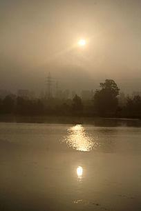 晨雾中的太阳与倒影