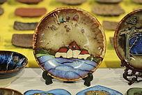 画有小房子的装饰窑变釉瓷盘