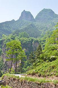 太行山的山路树木和远山