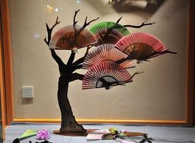 大树上的传统扇子