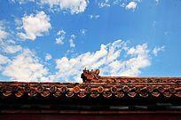 古建筑屋檐与蓝天白云