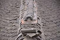 乡村传统灰色小瓦房房顶