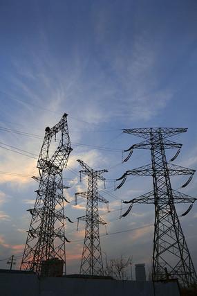 夕阳下的高压电线塔