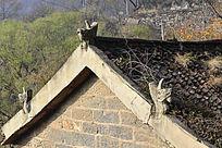 老房子上的房脊装饰龙