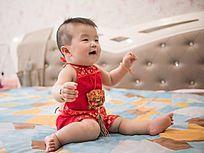 端午节穿红肚兜的婴儿