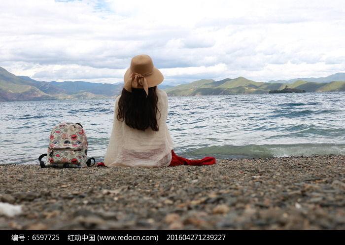 海边女孩背影