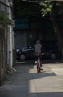 男性骑车时的背影