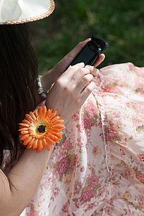 正在使用手机的女人