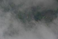 云雾笼罩下的山村