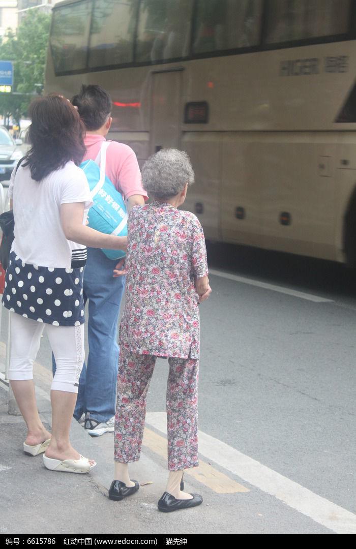 扶老奶奶过马路图片