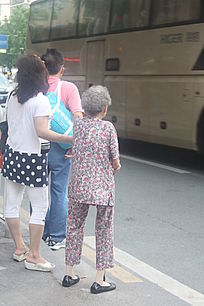 扶老奶奶过马路