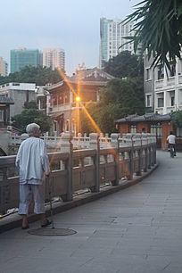 老年人独自散步