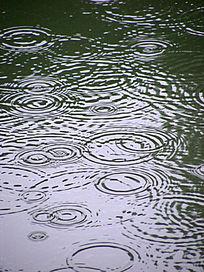 下雨的水面