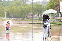雨中拍照的少女