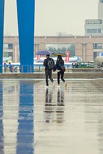 雨中牵手的情侣