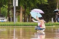 雨中自拍的美女