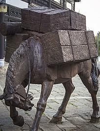 拖满箱子的铜雕马