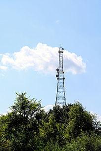 一朵白云与信号塔
