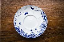 一只蓝色花卉纹的茶杯垫