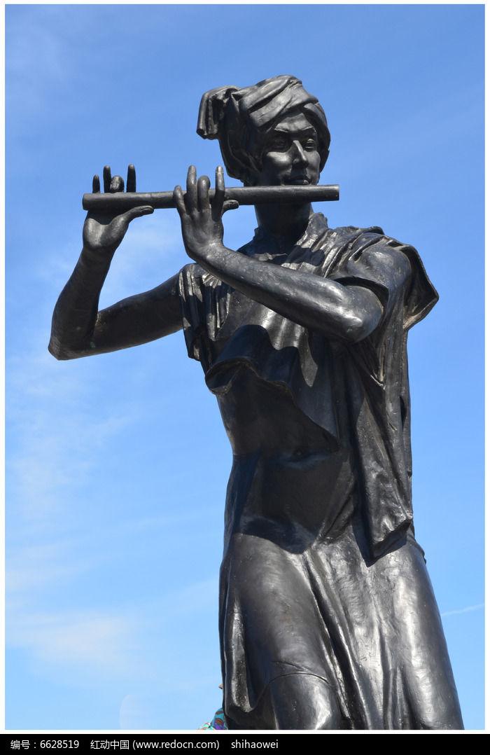 吹笛子的男人雕塑