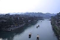 凤凰古城河流小船