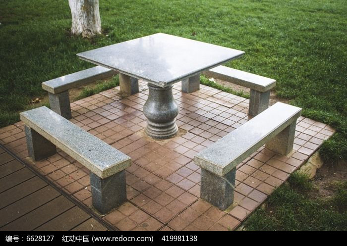 公园里的石桌石凳