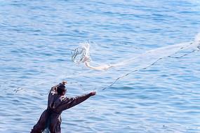 海边撒网捕鱼