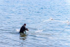 海上撒网的渔民