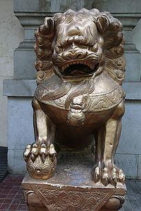 金色的守门狮子石雕像