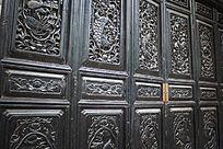 雕刻花纹的复古门窗