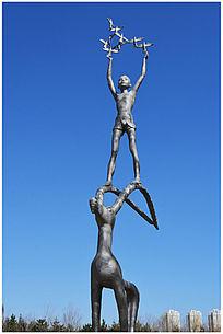 放飞白鸽人物雕塑