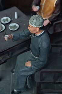泥塑古代酒桌上人物雕像