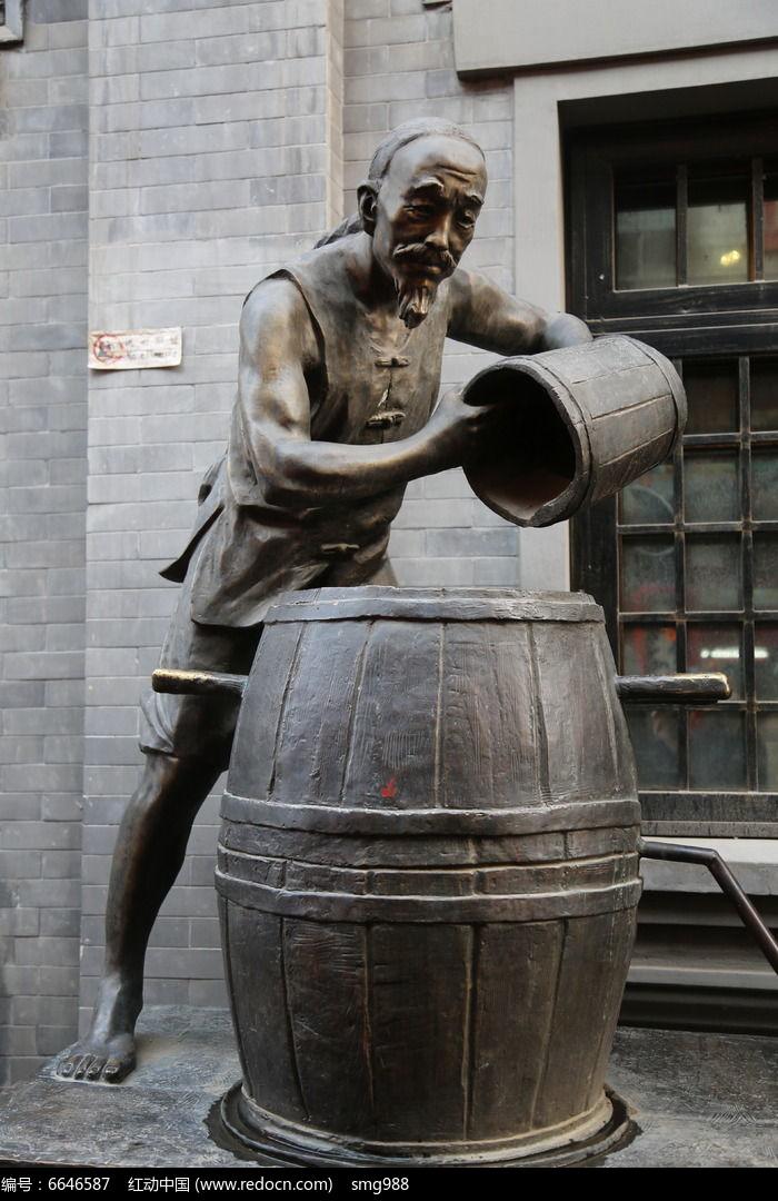 铜雕倒酒的古代人物雕像图片