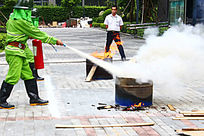 消防员用灭火器灭火