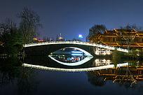 夜晚大明湖的石拱桥
