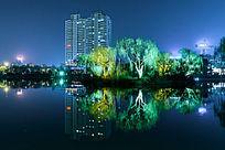 夜晚大明湖水面的倒影