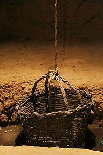 吊绳连接的竹篮子