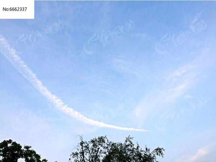 飞机飞过的蔚蓝天空图片