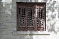 三联雕花木窗背景墙