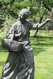 铜雕挽篮子的女人
