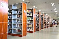 图书馆的众多书架
