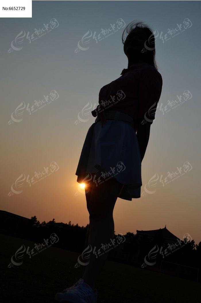 夕阳下仰望天空的女孩高清图片下载 编号6652729 红动网