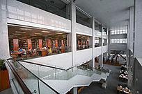 阅览室看似的人