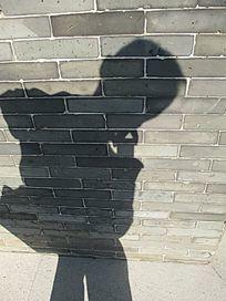 倒映着砖墙上的影子