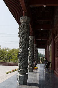 寺庙走廊石柱